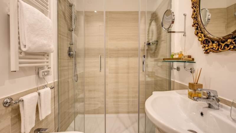 отель-Eitch-Borromini-Рим-улучшенный-люкс-ванная-11